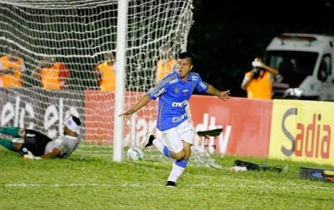 Palmeiras supera gramado em más condições, goleia o Vitória da Conquista e elimina o joga do volta