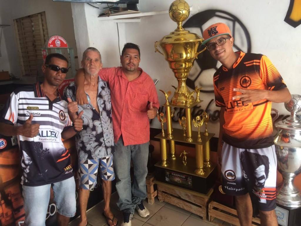 Diretores do Favela ao lado do troféu da Copa Nove de Julho